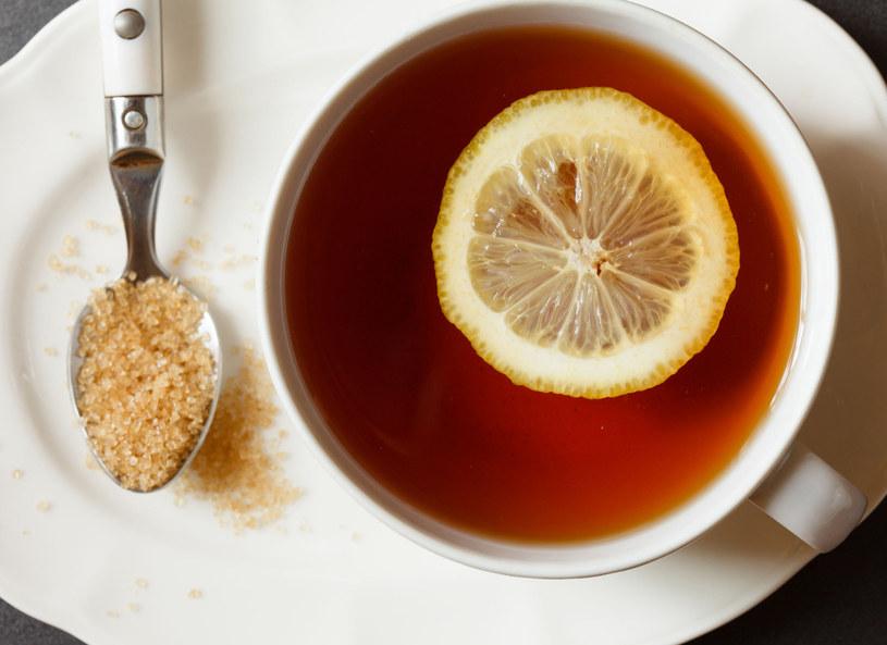 Czarną herbatę koniecznie zaparzaj wrzątkiem /Picsel /123RF/PICSEL