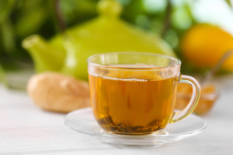 Czarną i zieloną herbatę należy parzyć przez dwie lub trzy minuty /123RF/PICSEL