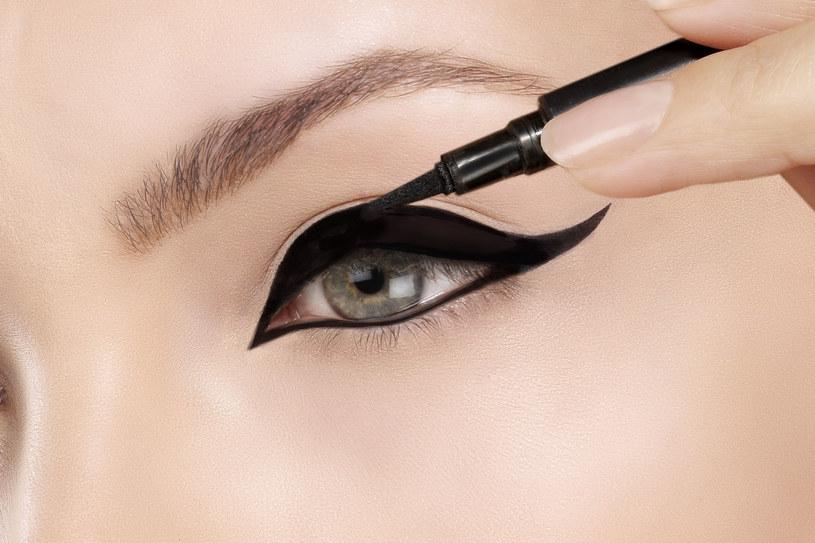 Czarna kreska na powiece to absolutna klasyka w makijażu /123RF/PICSEL
