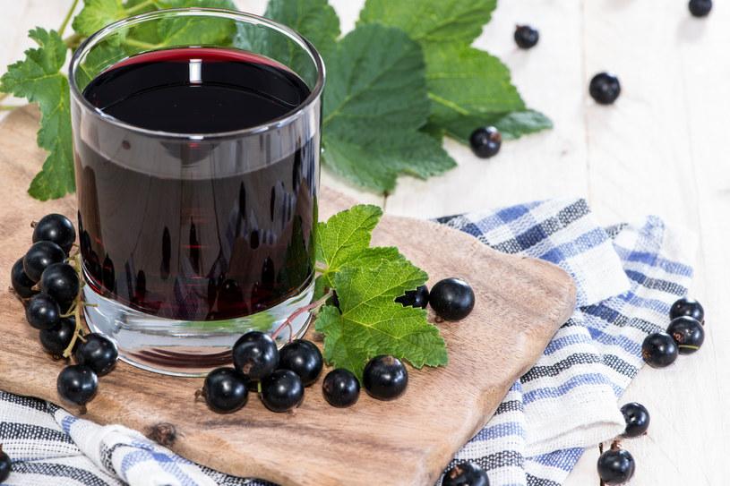 Czarna porzeczka to wdzięczny produkt do stworzenia soków /123RF/PICSEL
