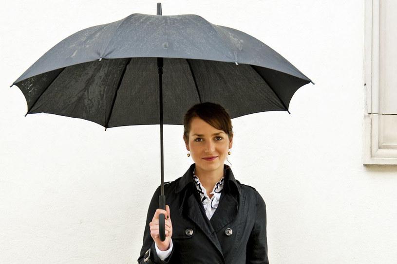 Czarną spłowiałą parasolkę można ożywić za pomocą roztworu soli. Suchą sól usunąć miękką szczoteczką /123RF/PICSEL