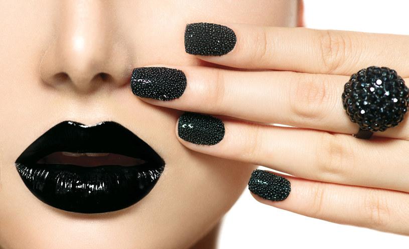 Czarna szminka to największy hit tegorocznej zabawy sylwestrowej /123RF/PICSEL