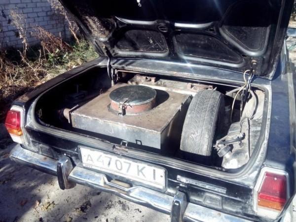 Czarna wołga z wielkim kotłem ukrytym w bagażniku /archiwum prywatne