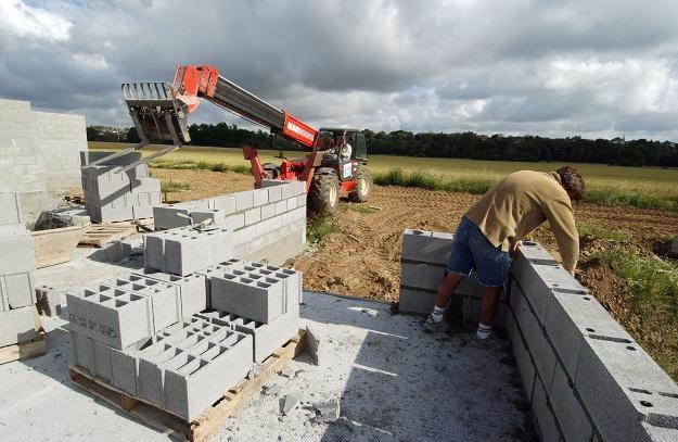 Czarne chmury idą nad budownictwo /AFP