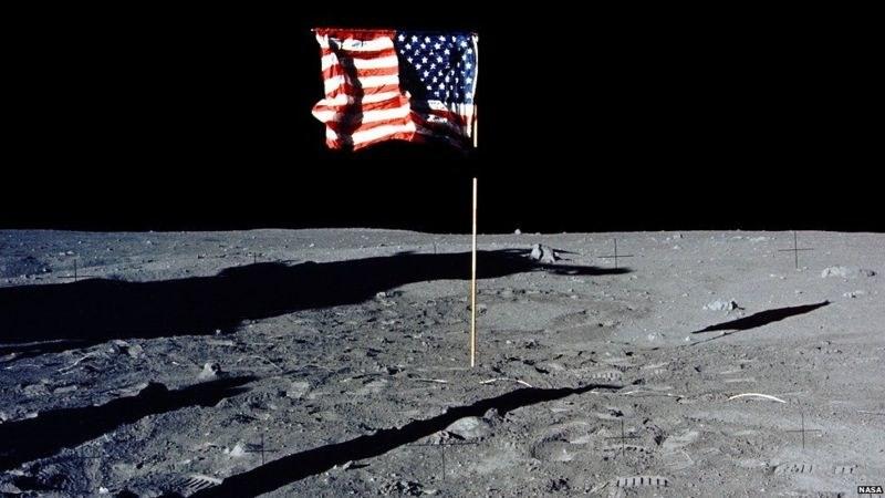 Czarne niebo bez gwiazd? To normalne w tych warunkach, podobnie jak wrażenie powiewającej flagi /NASA