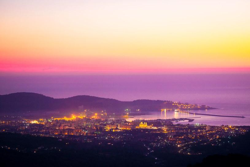 Czarnogóra Zachód słońca nad miastem Bar /Vereshchagin Dmitry /123RF/PICSEL