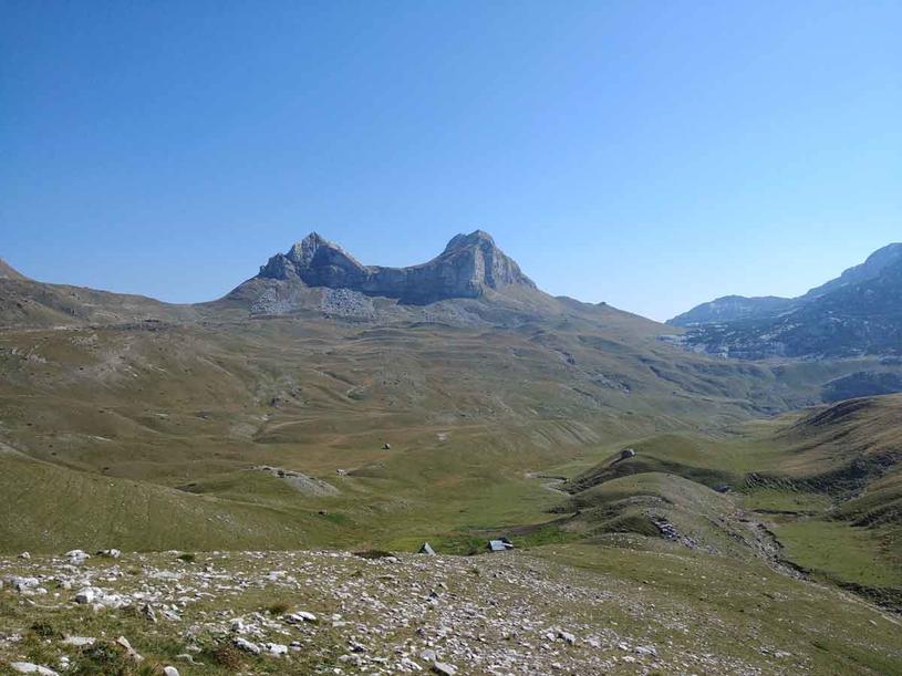 Czarnogórcy nazywają tę górę Siodłem, ale przypomina ona również kocie uszy /Styl.pl