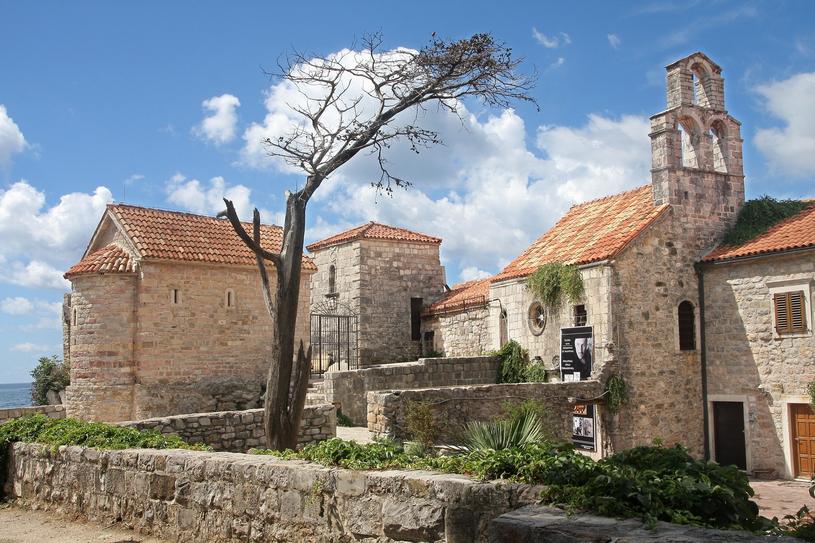 Czarnogórska Budva.  W ostatnich latach to miejsce często wybierane przez Polaków na letnie urlopy /MONKPRESS /East News
