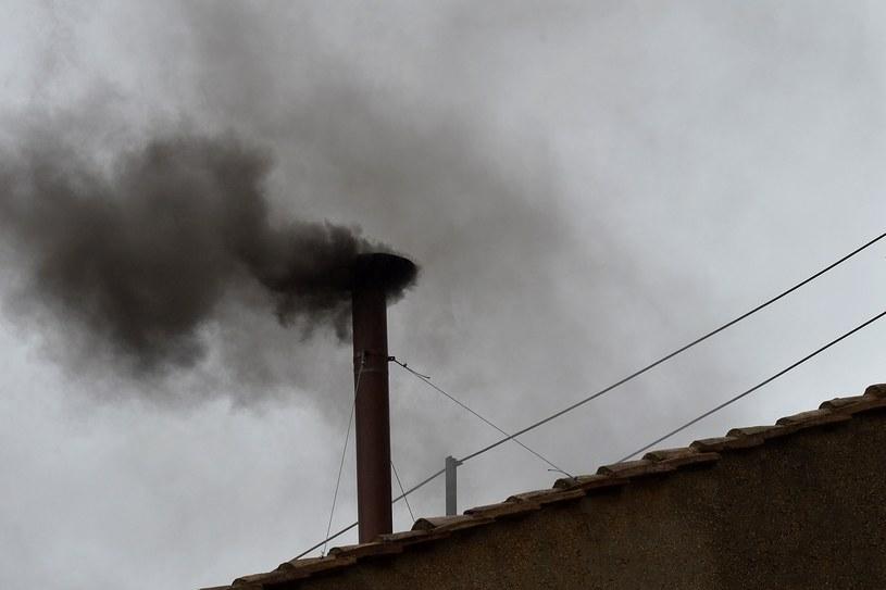 Czarny dym nad Kaplicą Sykstyńską /AFP
