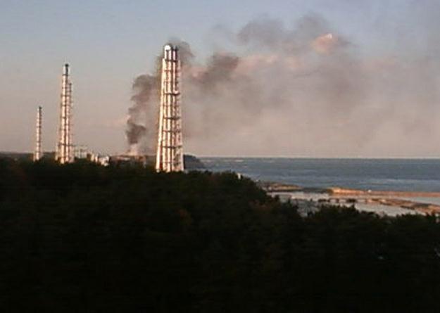 Czarny dym unoszący się z trzeciego reaktora nad elektrownią Fukushima I /AFP
