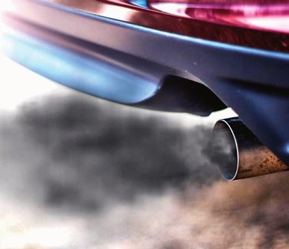 Czarny dym z wydechu to typowa oznaka nieprecyzyjnie działających wtryskiwaczy. /Motor
