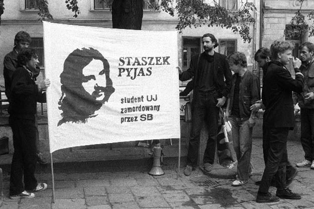 Czarny marsz w rocznicę zamordowania Stanisława Pyjasa w 1989 roku /Andrzej Stawiarski /Agencja FORUM