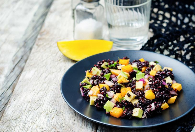 Czarny ryż to wspaniała baza   do sałatek i demokratyczny gospodarz. Można dodać   do niego, co się chce: warzywa surowe, marynowane, ryby, jajka, szynkę /123RF/PICSEL