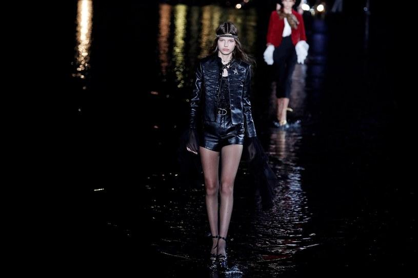 Czarny, szczęśliwy kolor marki Yves Saint Laurent, jest wszechobecny, jak również złoto i blask. /East News