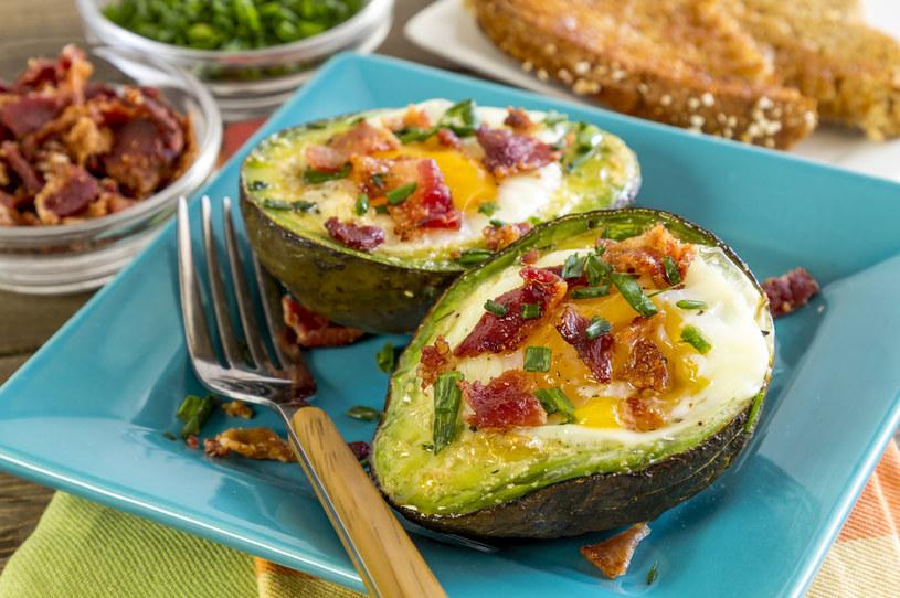 Czas na śniadaniową odmianę- jajka zapiekane w awokado /123RF/PICSEL