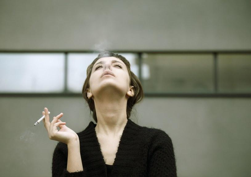 Czas pracy - na samych wyjściach na dymek firmy tracą dziennie kilkadziesiąt milionów złotych /123RF/PICSEL