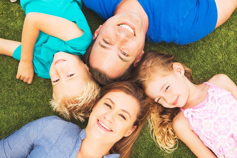 Czas spędzany wspólnie przez całą rodzinę nie tylko umacnia więzi, ale również pozwala rodzicom odetchnąć od trudów dnia codziennego, a dzieciom świetnie się bawić i odkrywać nowe zainteresowania /123RF/PICSEL