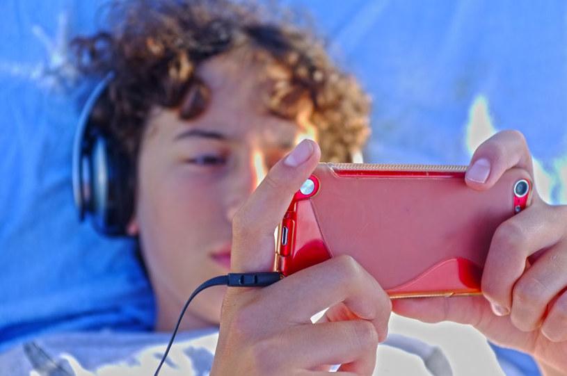 Czas spędzony przez młodych ludzi przed ekranem smartfona znacząco wpływa na jakość i długość ich snu. /123RF/PICSEL