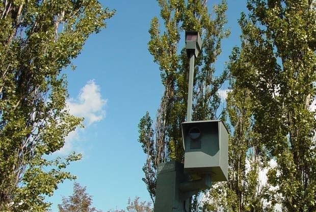 """Czasami fotoradary """"chowane"""" są wśród drzew / kliknij /INTERIA.PL"""