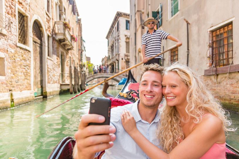 Czasami lepiej powstrzymać się od wrzucania zdjęć do mediów społecznościowych - ta zasada nie dotyczy wyłącznie wakacji /123RF/PICSEL