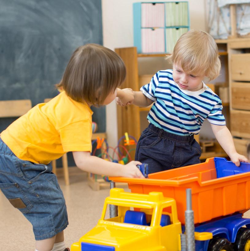 Czasami potrzeba wiele wysiłku, aby wyzbyć się stresu i dyskomfortu wtedy, gdy nasze dziecko odmawia dzielenia się /123RF/PICSEL