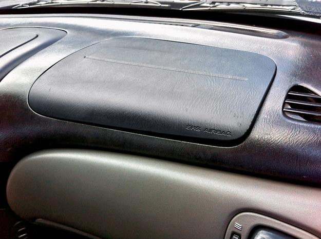 Czasem na zdjęciu widać wyraźnie, że kolor zaślepki poduszki różni się od koloru kierownicy lub deski rozdzielczej. Wskazuje to na powypadkową przeszłość. Czasem może być jednak wynikiem tego, że zaślepka ma inną fakturę materiału i nieco inaczej odbija się na niej światło. /Motor