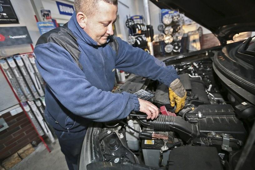 Czasem naprawa samochodu może kosztować fortunę /Piotr Jędzura /Reporter