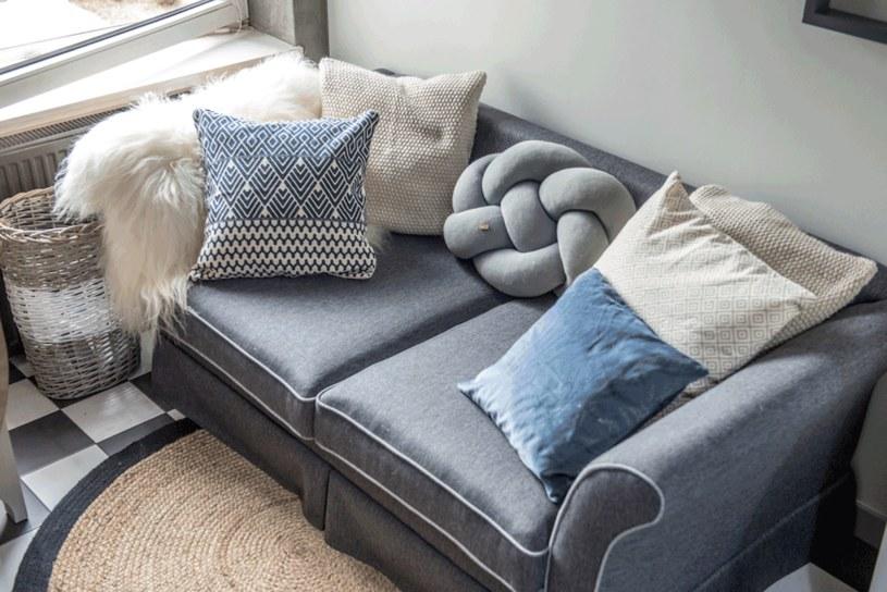Czasem wystarczy piękny koc i kilka poduszek, żeby tchnąć w sofę mebel nowe życie. fot. Małgorzata Opala /Styl.pl/materiały prasowe