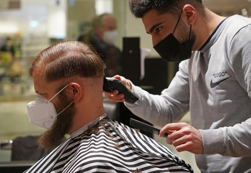 Cząsteczki mogą wędrować chociażby podczas wizyty u fryzjera /Sean Gallup /Getty Images
