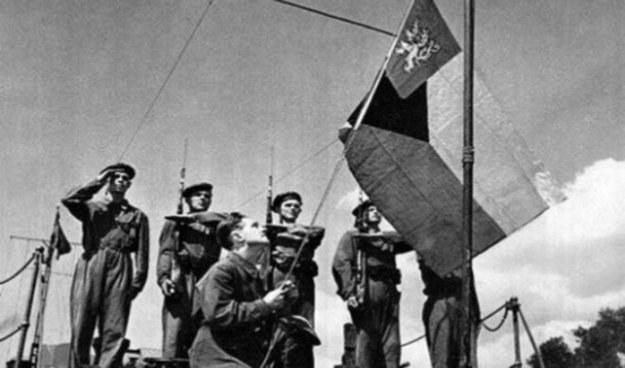 """Czechosłowaccy marynarze podnoszą banderę na monitorze """"Prezydent Masaryk"""" /INTERIA.PL/materiały prasowe"""