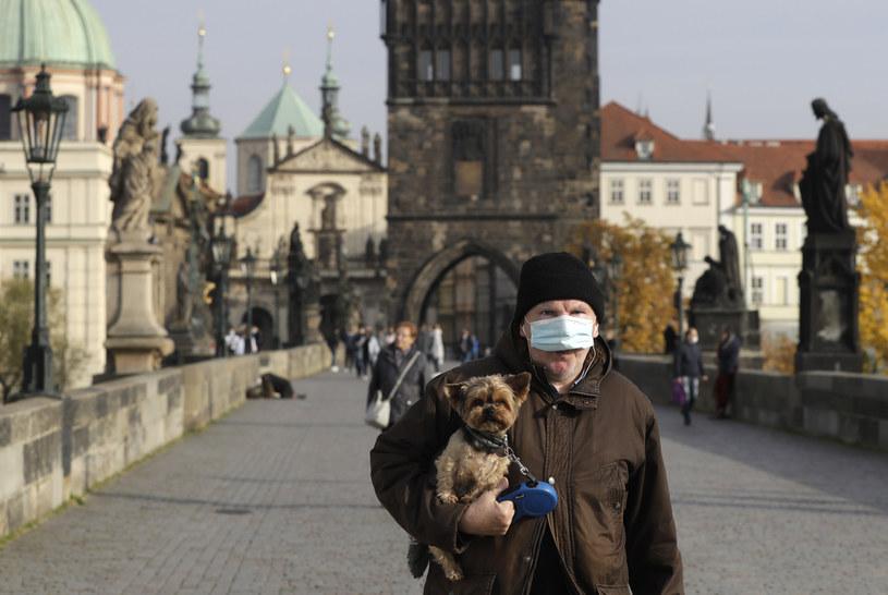 Czechy walczą z pandemią koronawirusa. Czeski Instytut Informacji i Statystyki Medycznej (UZIS) opublikował dziś (12 listopada) optymistyczne dane na temat nowych zakażeń /AP Photo/Petr David Josek /East News