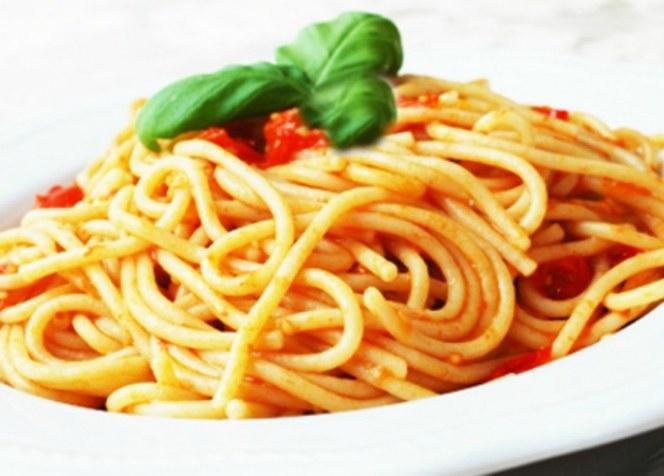 Czego nie można jeść przed snem /© Photogenica