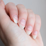Czego objawem są białe paznokcie?