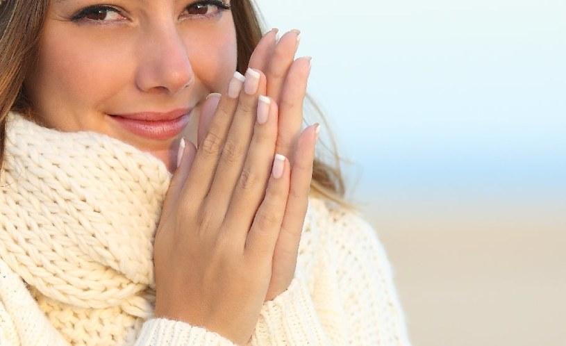 Czego objawem są zimne dłonie? /©123RF/PICSEL