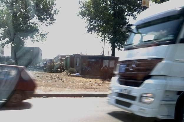 """Czekając  skrzyżowaniu po prawej będziecie mieli """"slumsy""""... /"""