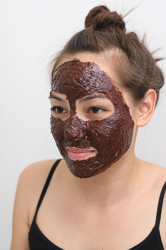 czekoladowa maseczka do twarzy /© Photogenica