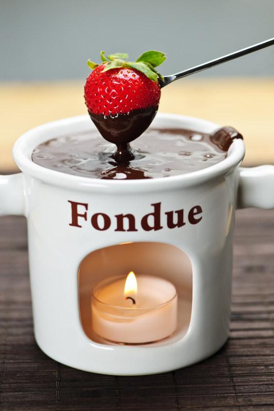Czekoladowe fondue to prosty deser, którym zachwycisz gości /© Panthermedia