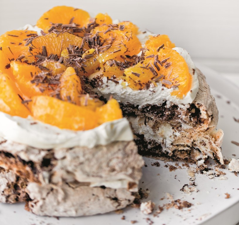 Czekoladowo-orzechowy tort bezowy z pomarańczami /materiały prasowe