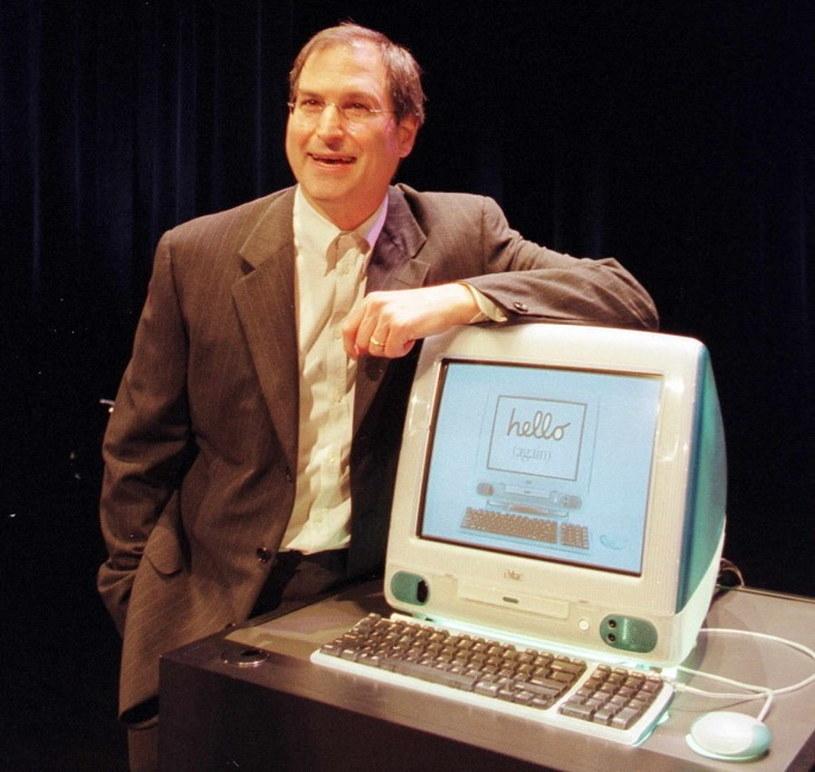 Czerwiec 1998, Jobs prezentuje nowe komputery iMac. To będzie pierwszy udany produkt nowego Apple /AFP