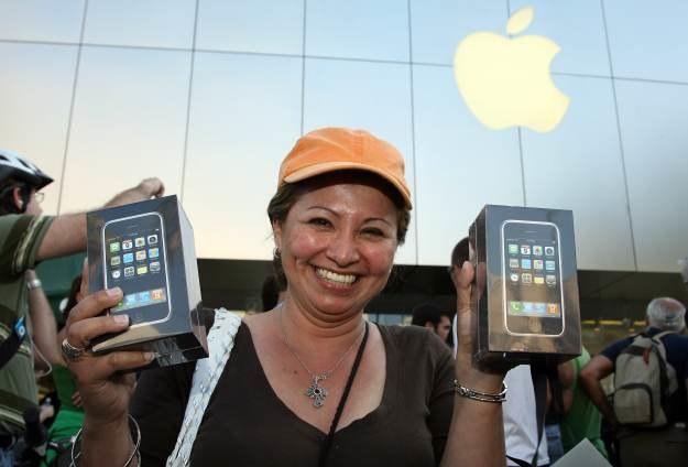 Czerwiec 2007, premiera pierwszego iPhone'a. W USA ustawiają się wielometrowe kolejki /AFP