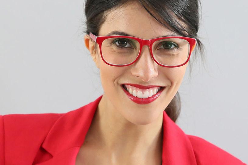 Czerwień bezlitośnie podkreśla żółty odcień zębów. Wizualnie pozbędziesz się go, malując usta szminką o chłodnych podtonach, np. jagodową. /123RF/PICSEL