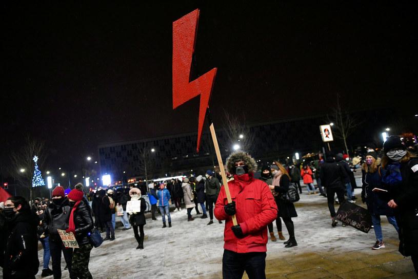 Czerwona błyskawica - symbol Ogólnopolskiego Strajku Kobiet. Zdjęcie ilustracyjne /Artur Barbarowski /East News