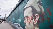 """Czerwoną farbą napisano """"morderca"""". Zniszczony mural z portretem """"Łupaszki"""""""