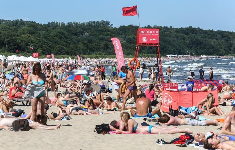 Czerwona flaga oznacza zakaz kąpieli, zdj. ilustracyjne /Misztal Karolina /Reporter