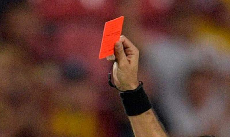 Czerwona kartka w ręku arbitra /AFP