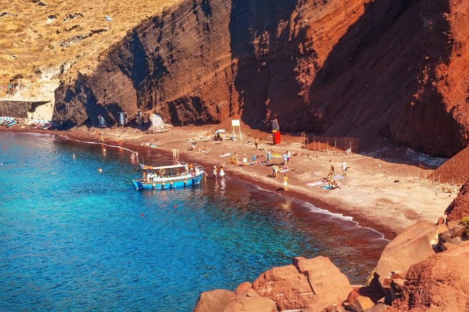 Czerwona Plaża na Santorini w Grecji / fot.: Mila Dimova /PAP/Alamy