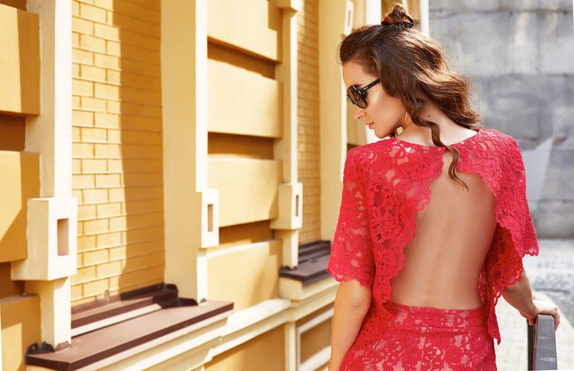 Czerwona sukienka Czerwona sukienka z odkrytymi plecami /materiały prasowe /materiały prasowe