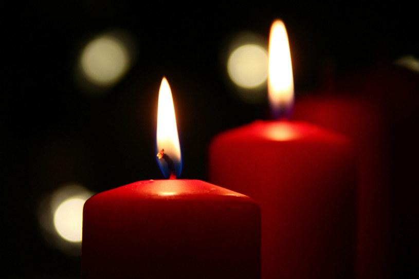 czerwona świeczka /© Photogenica