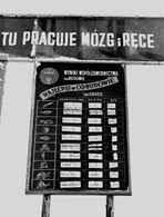 """Czerwona tablica"""" z wynikam współzawodnictwa pracy, marzec 1950 r. /Encyklopedia Internautica"""