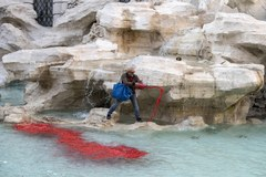Czerwona woda w słynnej Fontannie di Trevi